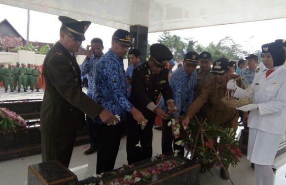 Camat Padangratu Gelar Upacara dan Tabur Bunga di Makam Pahlawan