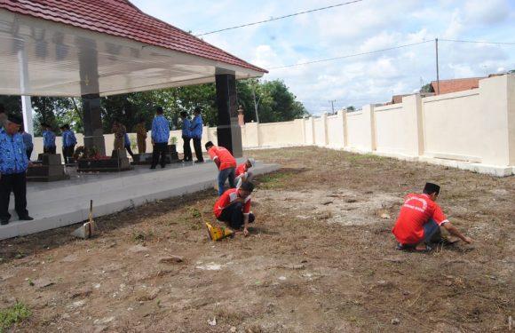 Warga Binaan Bersama Kalapas Gunungsugih Tabur Bunga dan Bersihkan Makam Pahlawan