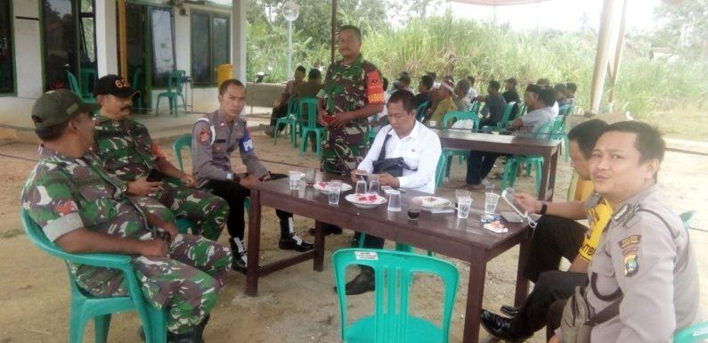 Anggota Polsek dan Koramil Bangunrejo Amankan Pilkakam PAW