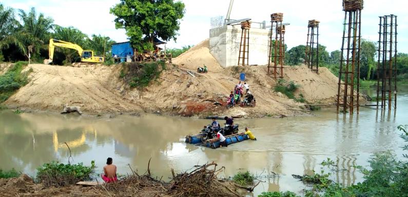 Imbas Jembatan Ditutup, Siswa Terpaksa Naik Perahu Rakit