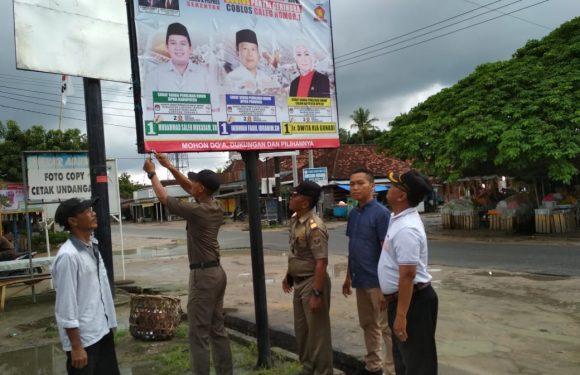 Panwaslu Dan Satpol PP Kecamatan Seputih Surabaya Copot APK Melanggar Aturan