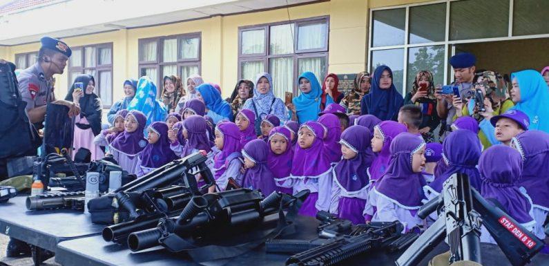 Dikunjungi Murid Paud Alvina Huda, Brimob Lamteng Kenalkan Perlengkapan Tugas
