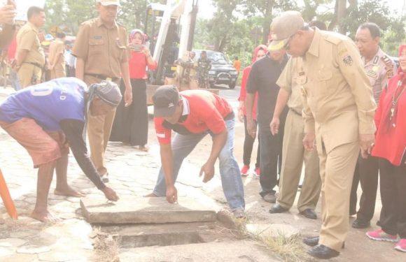 Keruk Drainase di Simbarwaringin, Bupati Turunkan Alat Berat