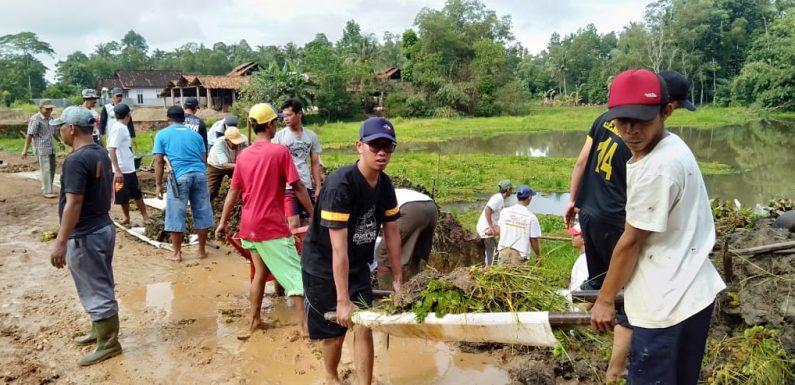 Warga Kampung Kalirejo  Lakukan Gotong Royong