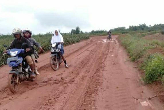 Lapor Pak, Jalan Menuju Kampung Putralempuyang Rusak Parah!