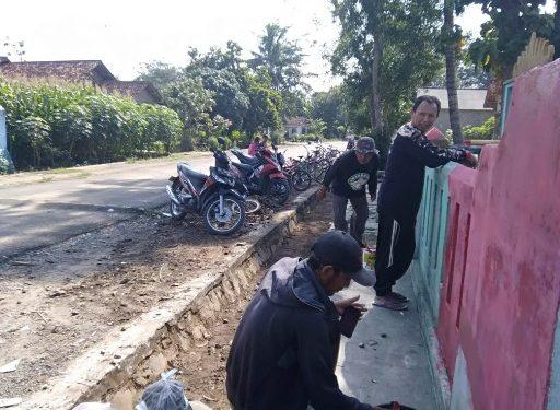 Warga Banjarrejo Gotong Royong Percantik Kantor Kakam