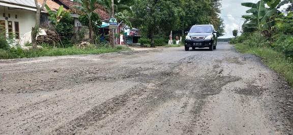 Warga Kampung Poncowati Keluhkan Jalan Lingkar Barat Rusak