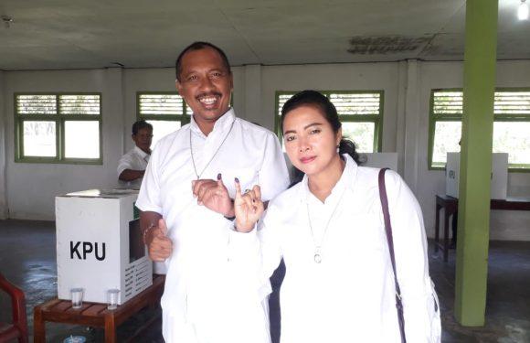 Berpakaian Serba Putih, Komang Koheri dan Ni Ketut Dewi Nadi Datangi TPS 05