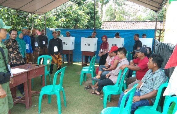 Unik, Petugas TPS di Lempuyangbandar Kenakan Pakaian Adat Jawa