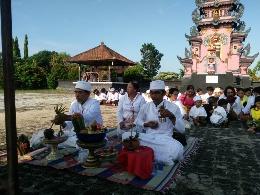 Peringati Saraswati, Pelajar SMPN 1 Seputihraman Numpang di Pura Agung Jagat Karana
