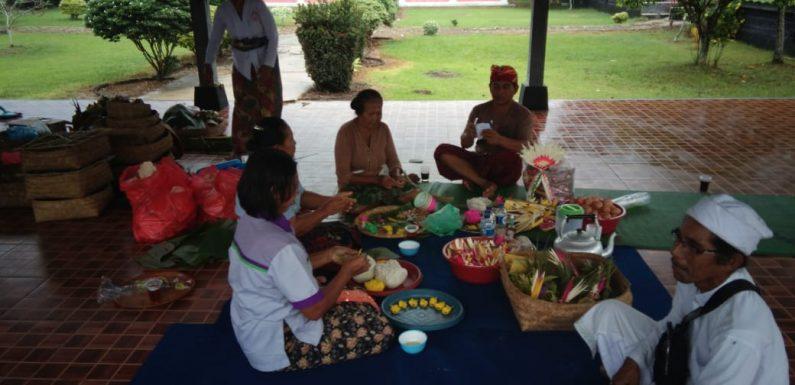 Persiapan Upacara Hari Jadi Pura Agung Jagat Karana ke 37 Tahun, Warga Gotong Royong