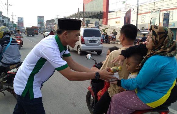 Peringati Milad ke 4, Sekelik Sedulur Bagikan Takjil di Bandarjaya