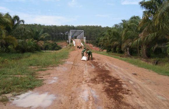 Badan Jembatan Tak Kunjung Ditimbun, Warga Gotong-royong Lakukan Pengecoran
