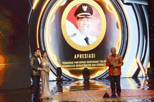 Gulirkan Program Gotong Royong, Bupati Loekman Raih Penghargaan di Indonesia Awards 2019