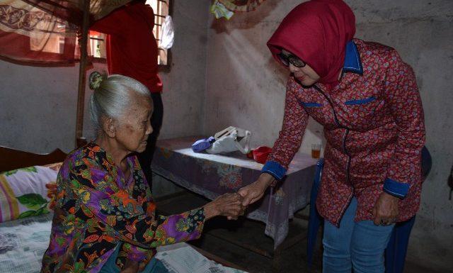 Peduli Warga, Ketua TP-PKK Lamteng Kunjungi Siti Aminah