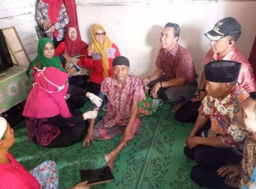 Tim Gotong Royong Seputihsurabaya Sambangi Empat Warga Sakit