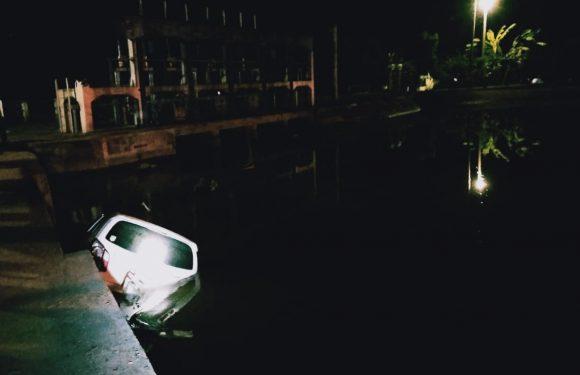 Hindari Pemotor, Mobil Dokter RSUAY Metro asal Lamteng Tercebur di Irigasi