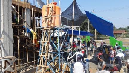 Kompak, Warga Lingkungan IV dan V Kelurahan Simbarwaringin Gotong Royong Bersama