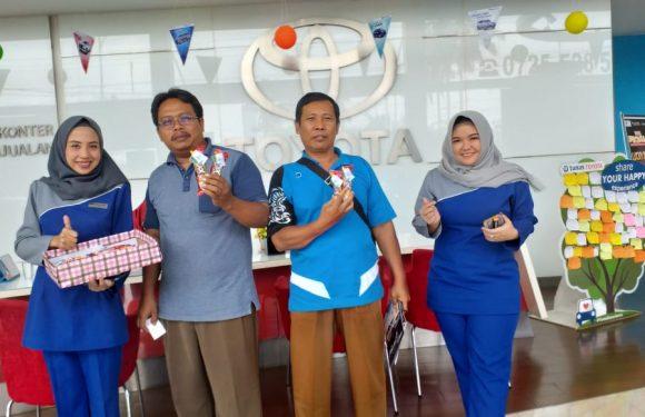 Peringati Hari Ayah Sedunia, Tunas Toyota Bagi-bagi Cokelat