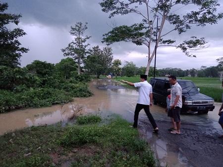 Banyak yang Nekat Melintas, Camat Imbau Masyarakat Hindari Jalan Banjir