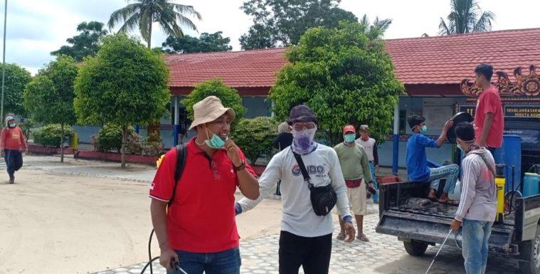 Bersama Masyarakat, Wayan Eka Mahendra Semprotkan 4.000 Liter Disinfektan di Wirata Agung