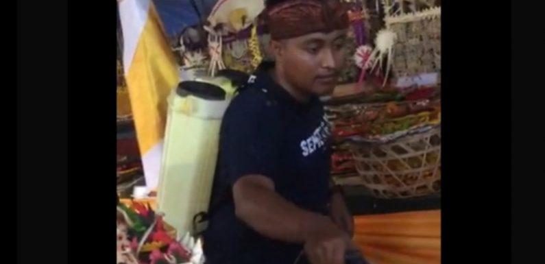 Wayan Eka Mahendra Semprot Disinfektan di Pura Dalam Wirata Agung