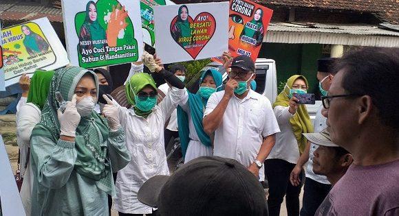 Cegah Corona, Nessy Mustafa Bagi-bagi Hand Sanitizer untuk Pedagang di Bandarjaya dan Kotagajah