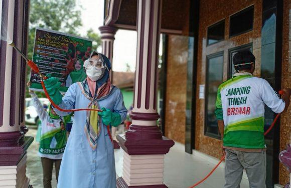 Nessy Mustafa Semprot Disinfektan di Tempat Ibadah dan Rumah Warga Kalirejo