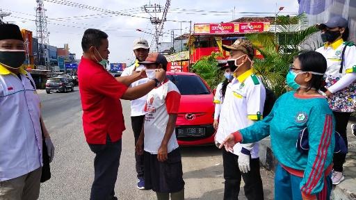 Cegah Corona, Pemuda Katolik Lamteng Bagikan Seribu Masker di Pasar Bandarjaya