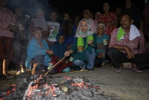 Merakyat, Nessy Mustafa Makan Singkong Bersama Warga saat Ronda di Seputihmataram