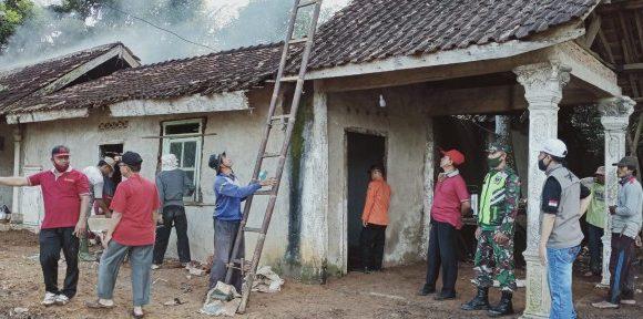 Kadinsos Lamteng dan Camat Punggur Goro Bersama Warga, Benahi Rumah Mbah Paimin yang Sempat Viral