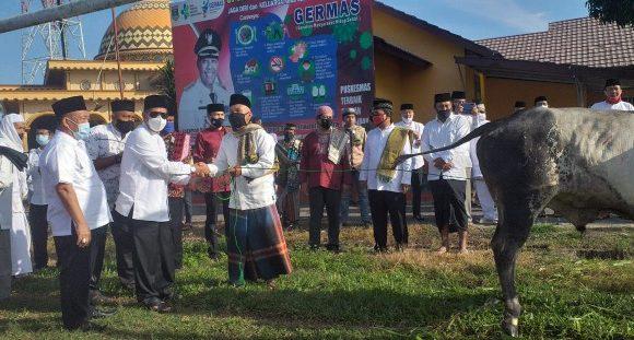 Salat Idul Adha di Seputihagung, Bupati Lamteng Serahkan 1 Ekor Sapi Kurban