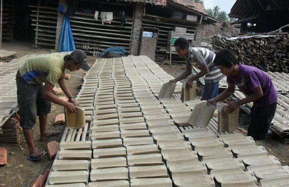 Di Kecamatan Kalirejo, Musim Penghujan Produksi Genteng Menurun