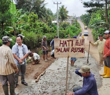 Bersama Masyarakat, Waka III DPRD Lamteng Gotong-royong Lakukan Pengecoran Jalan
