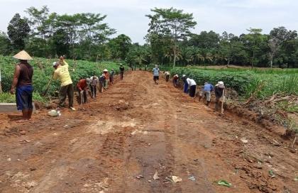 Dana Desa Tahap I Kampung Donoarum Dialokasikan untuk Membuka Jalan Pertanian