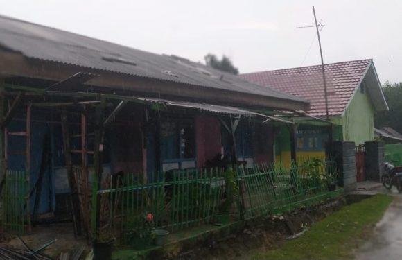 Angin Puting Beliung Hantam Puluhan Rumah Warga Buminabung