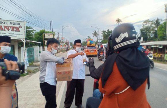 Ketua DPRD Lamteng Bersama MCS Bagikan Takjil di Jalinsum