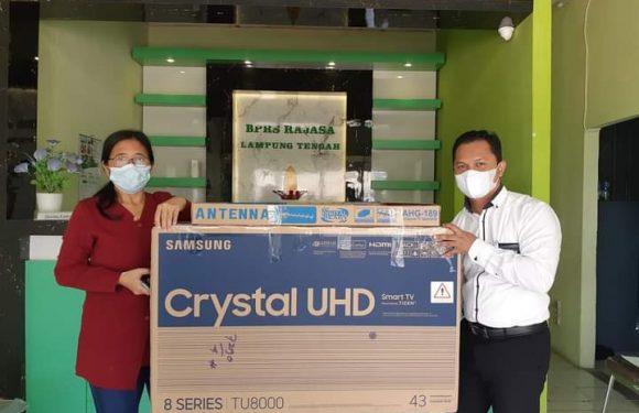 Made Suratmi Nasabah BPRS Rajasa Lamteng asal Rumbia Dapat Hadiah Smart TV 43 inc