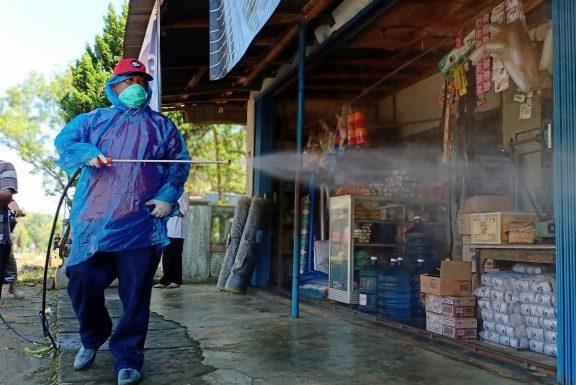 Kembali PDI-P Lamteng Semprot Disinfektan di BangunRejo