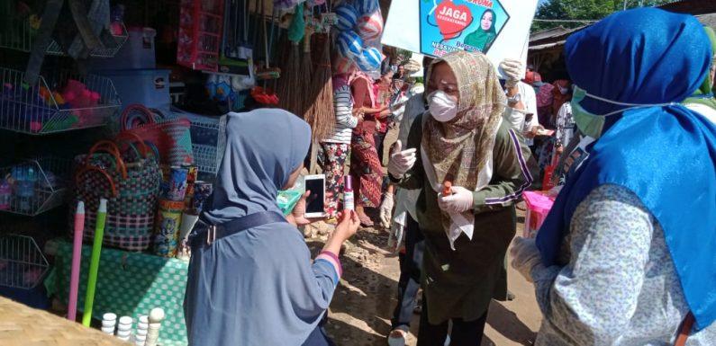 Nessy Mustafa Bagikan Hand Sanitizer di Bandarmataran