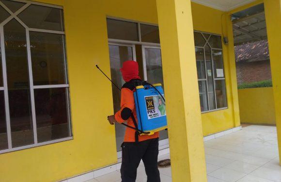 M. Ghofur dan Tim Covid PKS Lamteng Semprot Disinfektan di Kalirejo