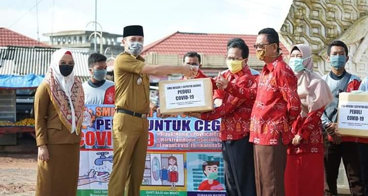 Cegah Covid-19, SMKN 1 dan Uspika Seputihagung Bagikan 1.500 Masker di Pasar Simpangagung