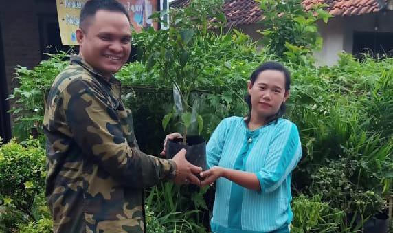 Anggota DPRD Lamteng Bagikan 1.500 Bibit Sayuran ke Warga