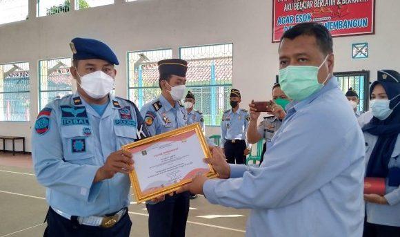 Delapan Petugas Lapas Kelas IIB Kota Agung Dapat Penghargaan, Setelah Berhasil Gagalkan Penyelundupan Narkoba