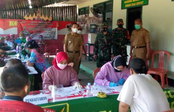 Vaksinasi TNI di Koramil 411-05/Punggur  Diserbu Warga